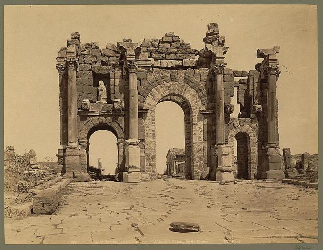 Ruines Romaines de Thamugas. L'Arc de Triomphe de Trajan / ND Phot.