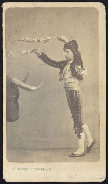 [Unidentified matador, full-length portrait, facing left, standing in front of the head of a bull] / J. Laurent Photog. De. S. M.