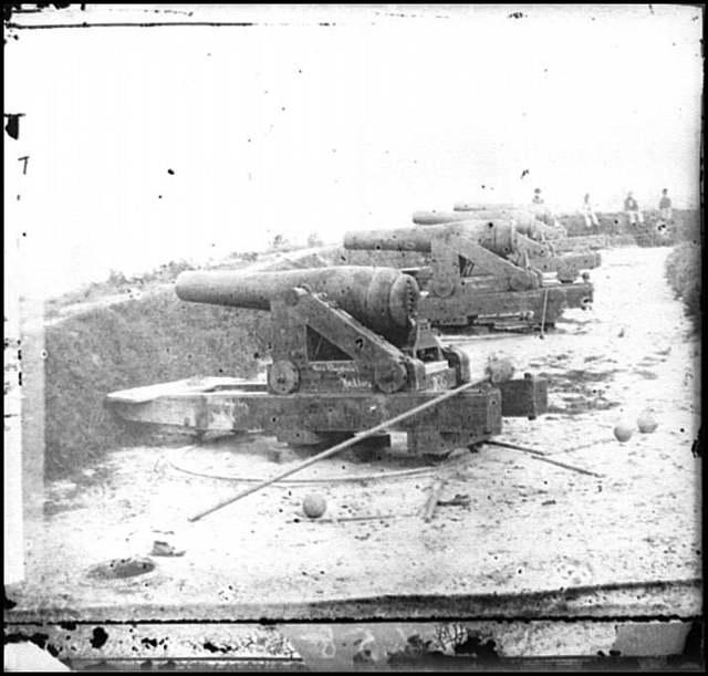 [Yorktown, Va. Confederate water Battery Magruder, with Rodman smooth-bore siege guns]
