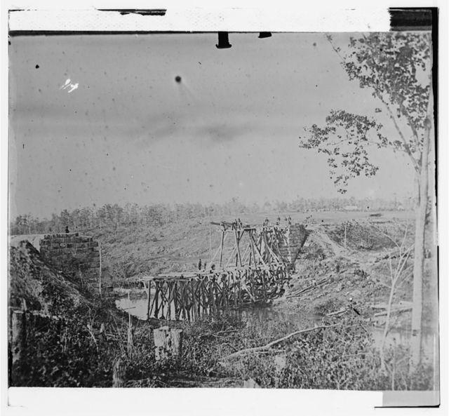[Catlett's Station, Va., vicinity. Federal soldiers rebuilding the Orange & Alexandria Railroad bridge over Cedar Run]