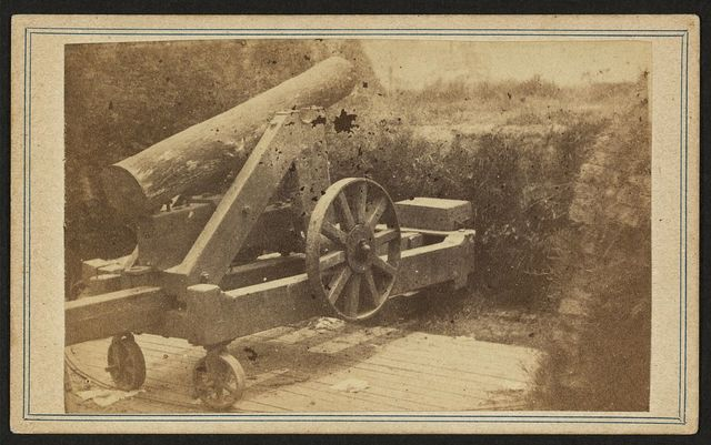 [Quaker gun mounted on bluff of Port Hudson, La.] / photographed by McPherson & Oliver, Baton Rouge, La .