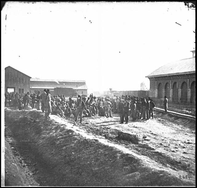 [Chattanooga, Tenn. Confederate prisoners at railroad depot]