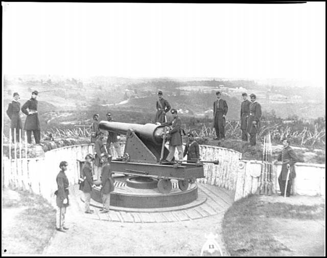 [District of Columbia. Officers of Companies A and B, 3d Massachusetts Heavy Artillery, and crew of 100-pdr. Parrott gun on iron barbette carriage at Fort Totten]