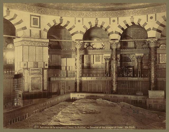 Intérieur de la mosquée d'Omar, le Rocher Interior of the mosque of Omar: the Rock / / Bonfils.