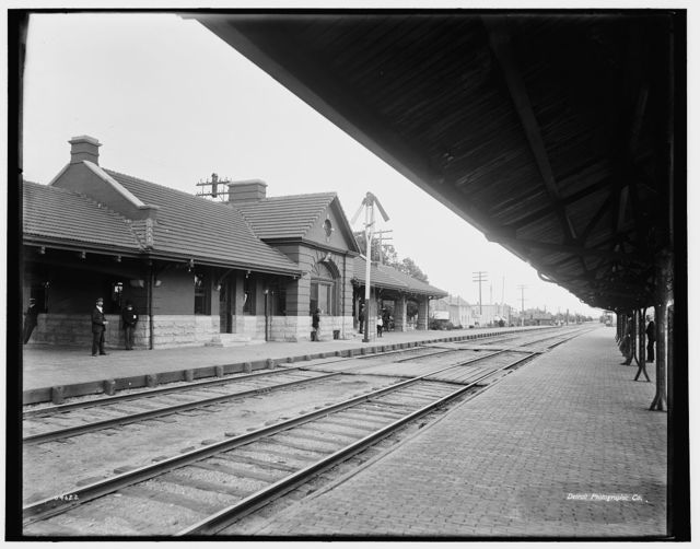 [Chicago & North Western Railway station, Elmhurst, Ill.]