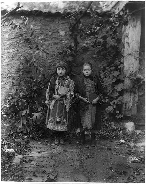 [Students, middle school Küçük Mustafa Paşa Rüşdiyesi] / Abdullah Frères, photographes de S.M.I. le Sultan.