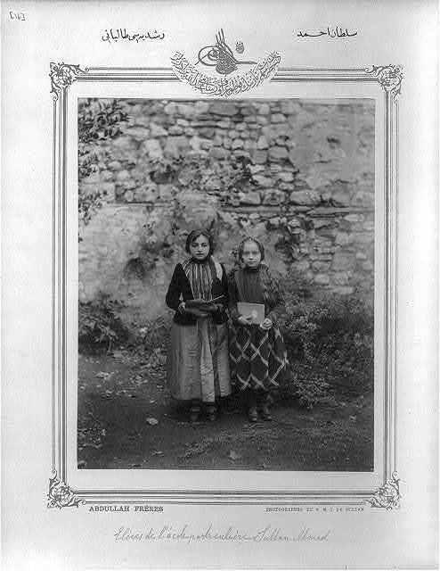 [Students, middle school Sultan Ahmed Rüşdiyesi] / Abdullah Frères, photographes de S.M.I. le Sultan.