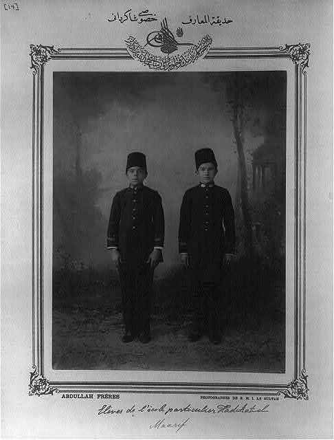 [Students, private school, Hadıkatülmaarif] / Abdullah Frères, photographes de S.M.I. le Sultan.