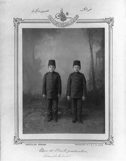 [Students, private school Şemsülmekâtib] / Abdullah Frères, photographes de S.M.I. le Sultan.