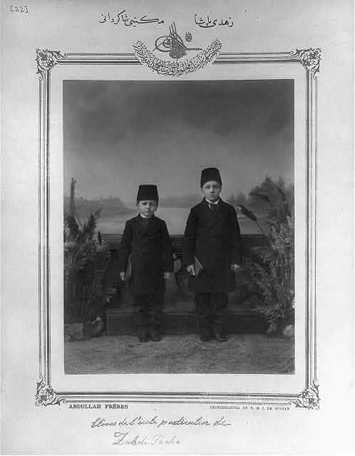[Students, Zühtü Paşa School] / Abdullah Frères, photographes de S.M.I. le Sultan.