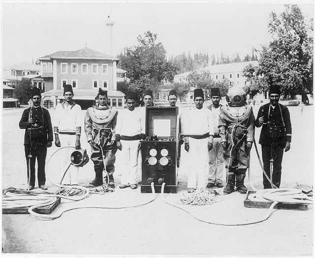 [The battalion divers at the Imperial Naval Arsenal]