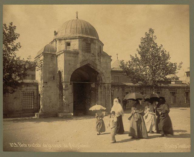 Porte centrale de la cour de Suleymanié / Sébah & Joaillier.