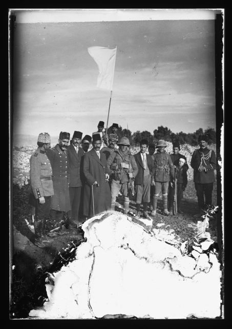 [The surrender of Jerusalem to the British, December 9, 1917. The Mayor of Jerusalem, with white flag, offers surrender to two British tommies (sergeants)]