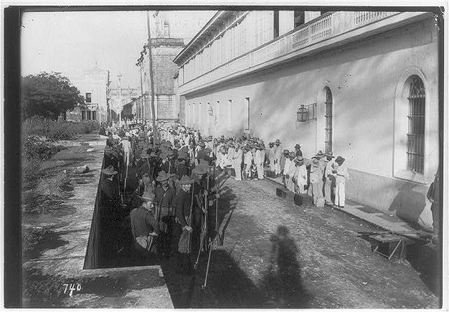 [Philippines, Manila, 1899: U.S. soldiers and insurrecto prisoners at the cathedral, Walled City]