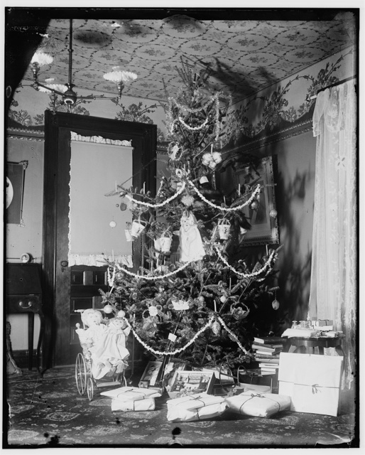 [Christmas tree in the Wright home, 7 Hawthorn Street, Dayton, Ohio]