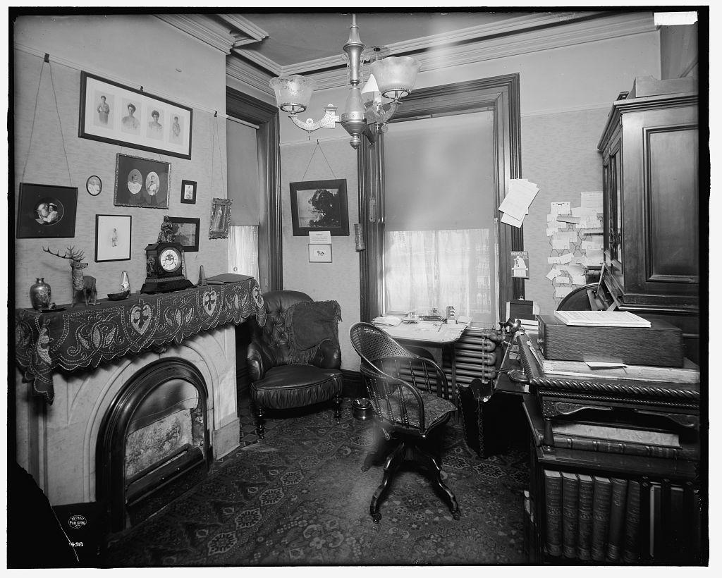 [Detroit, Mich., Douglas residence library]