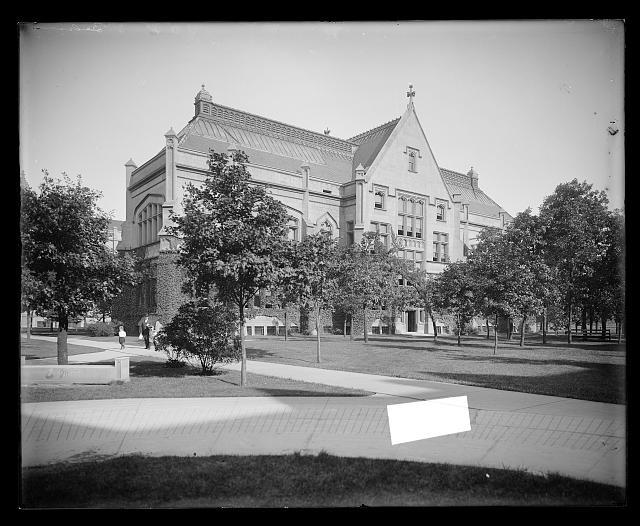 [East of Cobb Lecture Hall, University of Chicago, Chicago, Ill.]