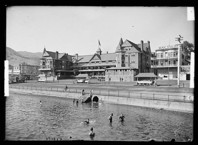 [Hotel Metropole, beach and swimmers, Avalon, Catalina Island, Calif.]