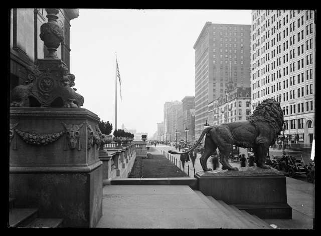 [Lion in front of Art Institute of Chicago]