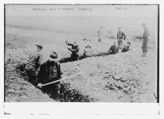 Marines dig a trench (French)