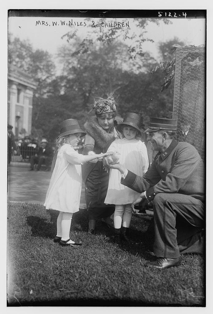 Mrs. W.W. Niles & children