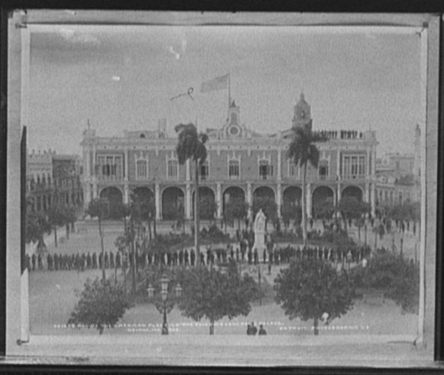 Ra[i]sing the American flag over the Governor General's Palace, Havana, Jan. 1, 1899