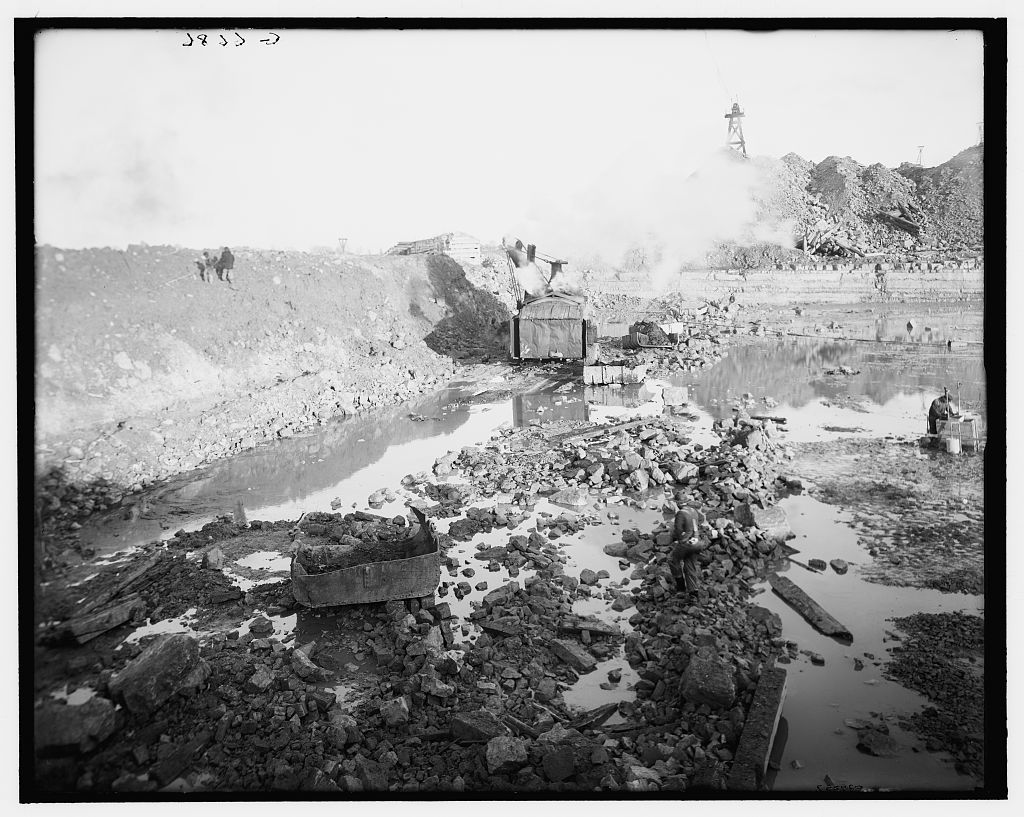 [Steam shovel removing a section of coffer dam, Livingstone Channel, Detroit, Mich.]