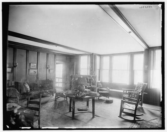[Suburban home of Mrs. Robert Hoe, Jr., living room, Port Washington, New York]