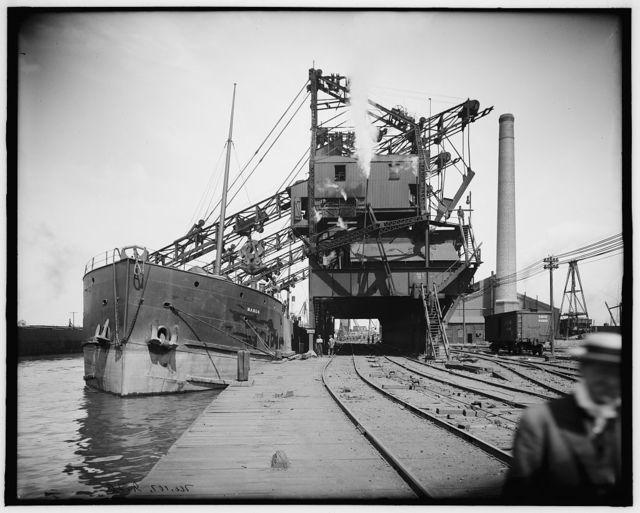 [The Manda unloading ore, Cleveland, Ohio]