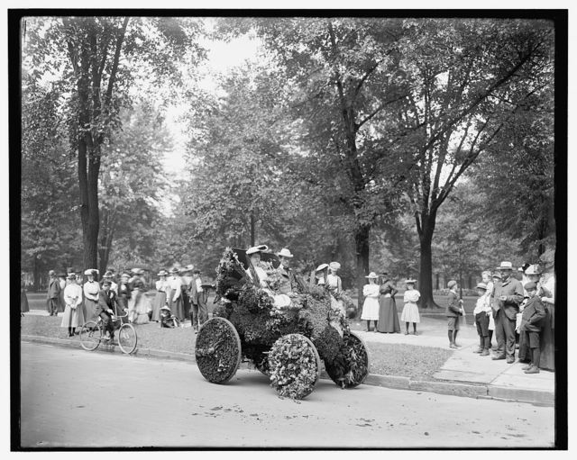[Bi-centenary celebration, floral parade, automobile of Wm. Metzger, Detroit, Mich.]