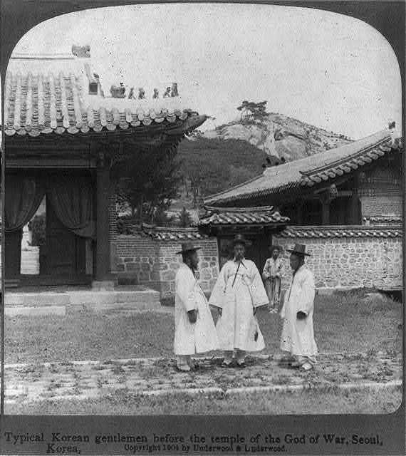 Typical Korean gentlemen before the temple of the God of War, seoul, Korea