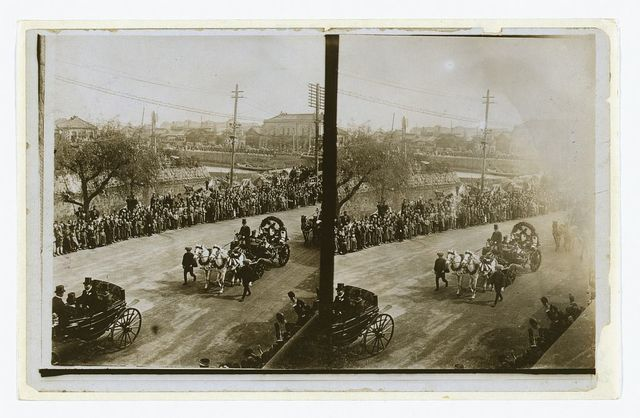 [Carriages carrying Admiral Togo, naval officers and government officials during Togo's official visit to Tokyo in Oct. 1905]
