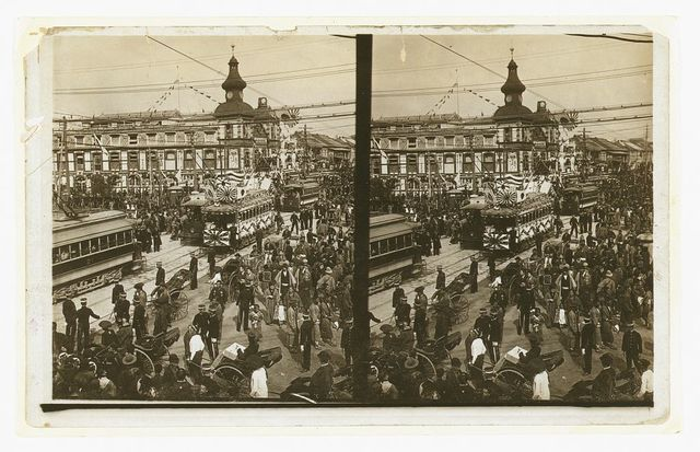 [Crowds on a Tokyo street, near the train station(?), during the celebration of Admiral Togo's visit in Oct., 1905]