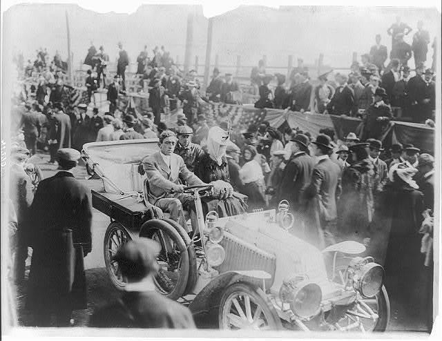 [Duchess of Marlborough (Balsan, Consuelo [Vanderbilt]) leaving Vanderbilt Cup races in auto, amid crowd. Westbury, L.I. Oct. 14, 1905]
