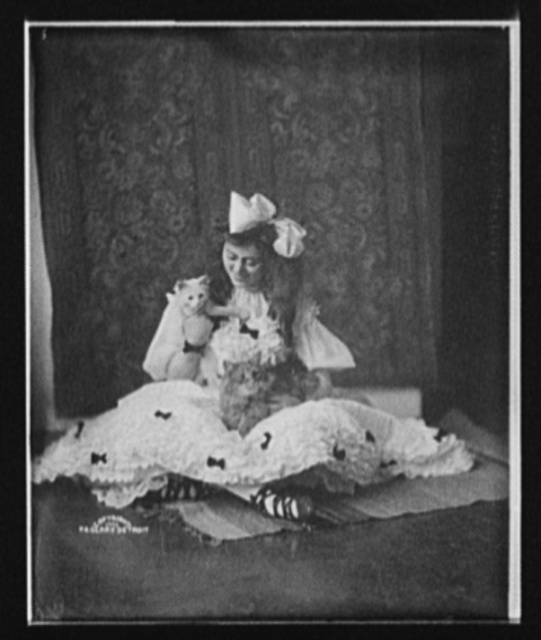 [Edna Wallace Hopper, seated on floor, full-length portrait with cat]