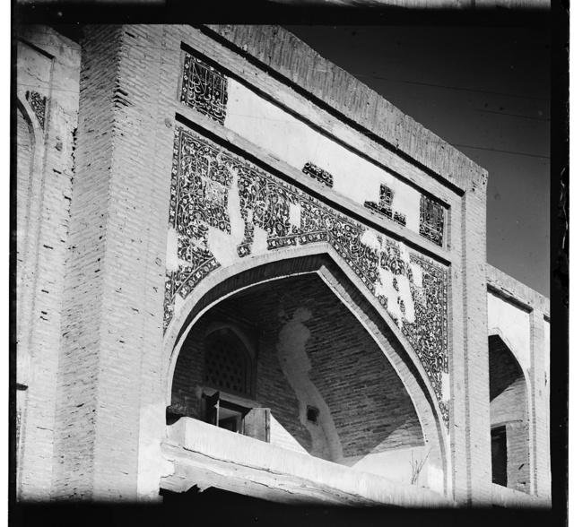Nad vkhodom v medresse Gauk man. Bukhara