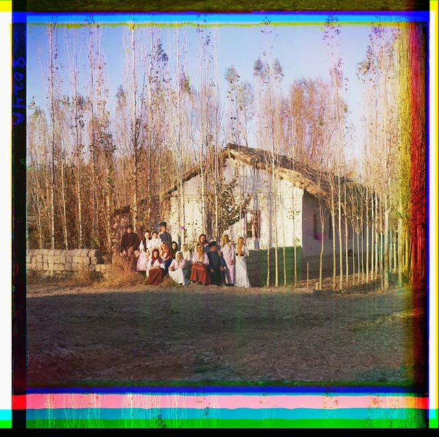 Pereselencheskīĭ khutor v Nadezhdinskom poselki︠e︡ s gruppoi︠u︡ krestʹi︠a︡n. Golodnai︠a︡ stepʹ