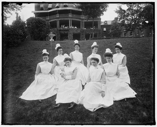 UNIDENTIFIED GROUP. WOMEN ON A LAWN