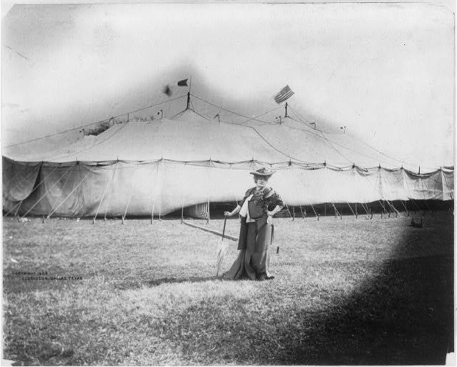 [Sarah Bernhardt, 1844-1923, full length, standing, facing right, in front of her tent at Dallas, Texas, Mar. 26, 1906]