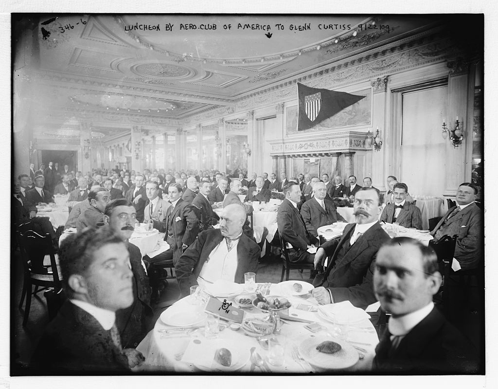 [Luncheon by Aero Club of America honoring Glenn Curtiss, NYC, Sept. 22, 1909. Curtiss and Wilbur Wright at head table