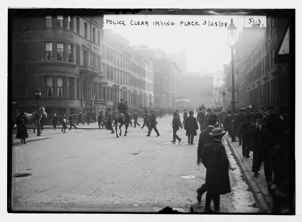 Police drive crowd from Irving Place, New York