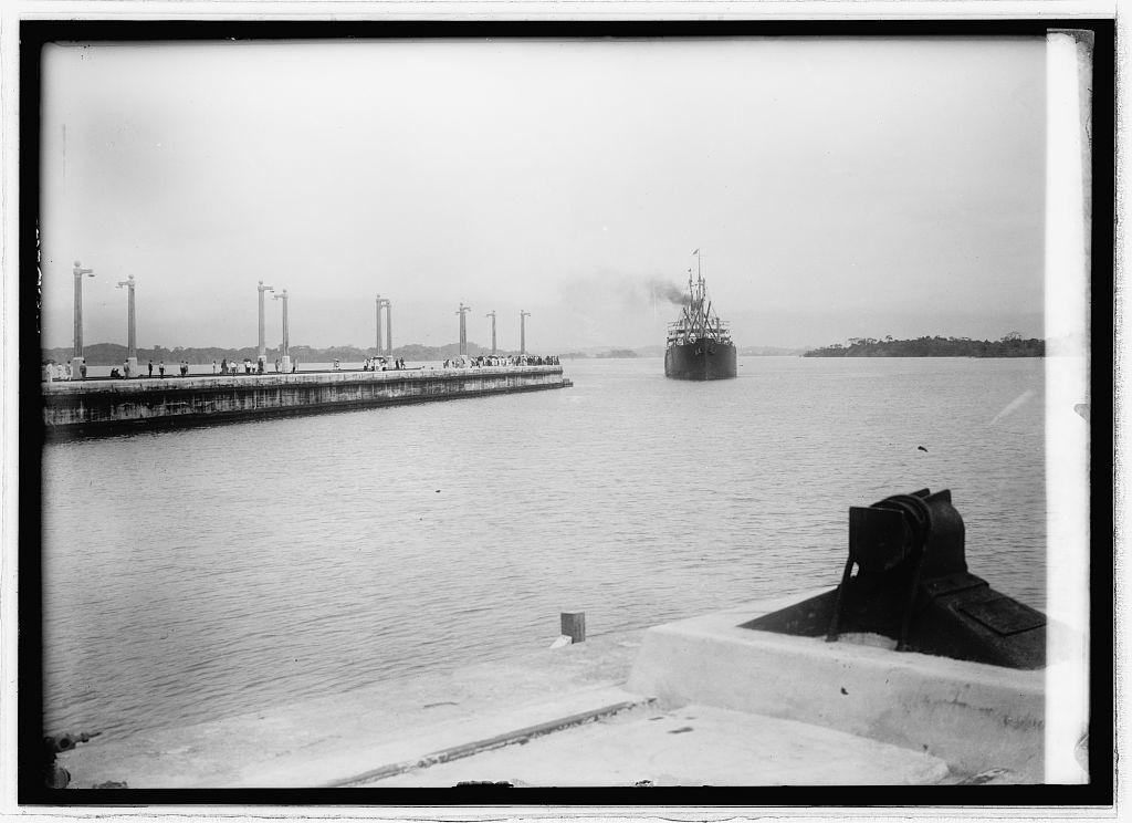 Panama Canal. Gatun Lock, steamer [...] steaming into Gatun Lock