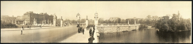 Panoramic view of Buckingham Palace and entrance to Green Park, London