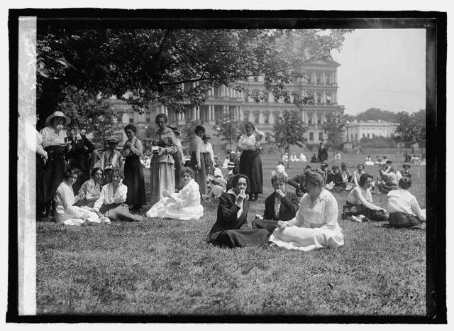 War time, Washington. Clerks eating on lawn
