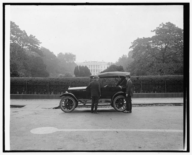 Ford Motor Co., Ford touring car at White House, [Washington, D.C.]