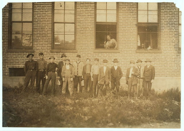 Group of Workers, Peters Shoe Co., De Soto, Mo. (See label 1700.)  Location: De Soto, Missouri.