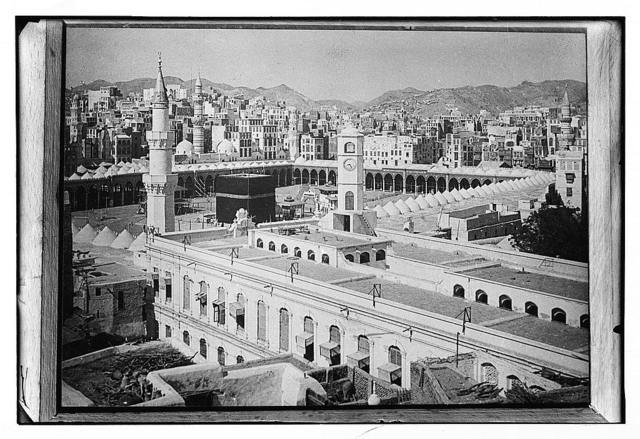 Mecca, ca. 1910. Bird's-eye of Kaaba with city in bg. [i.e., background]