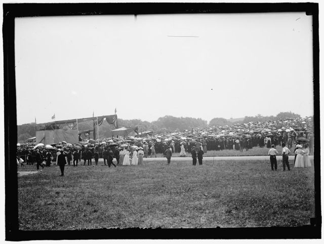 MILITARY FIELD MASS BY HOLY NAME SOC. OF ROMAN CATHOLIC CHURCH. GENERAL VIEW