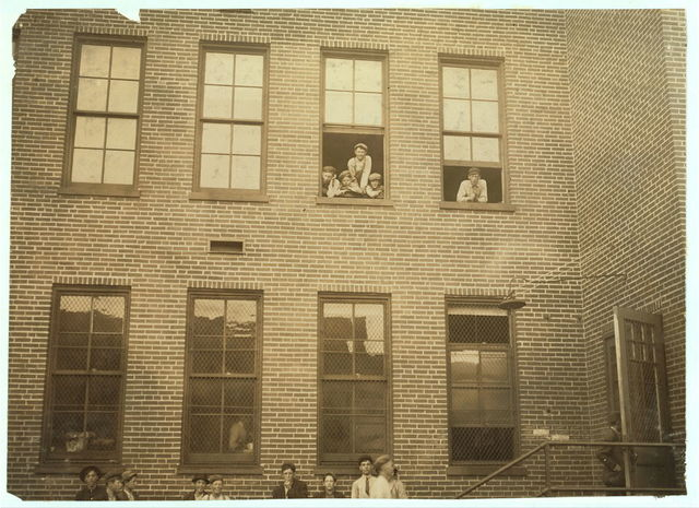 Some of the youngsters working in Peters Shoe Co., De Soto, Mo.  Location: De Soto, Missouri.