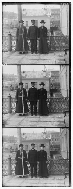 Tri pokoli︠e︡nīi︠a︡. A.P. Kalganov s synom i vnuchkoĭ. Dvoe posli︠e︡dnikh rabotai︠u︡t v masterskikh Zlatoustovskago zavoda